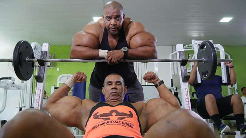 Synthol brothers from Brazil have 70-cm biceps